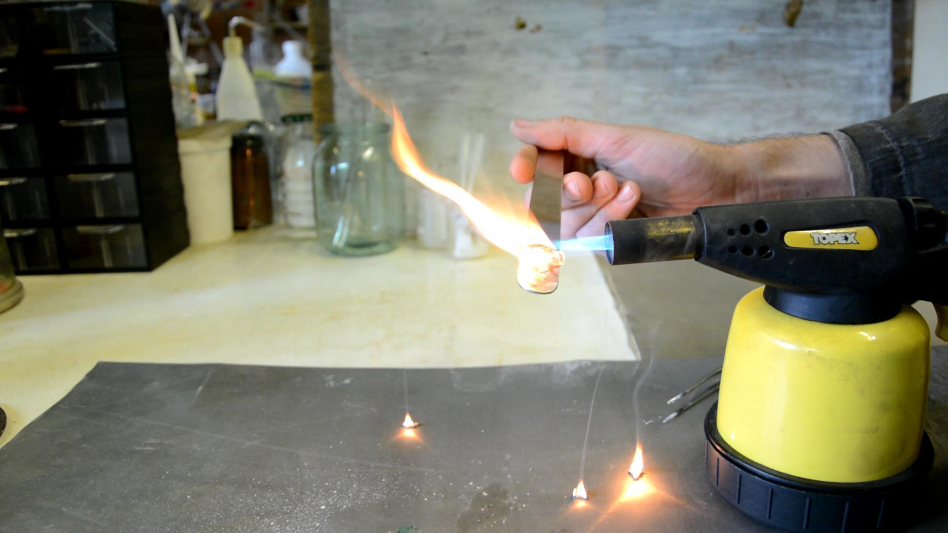 Силиконовый герметик и пламя