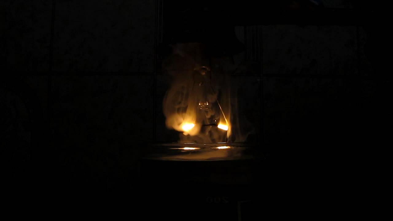 Спираль лампы накаливания: в воде и на воздухе. Incandescent lamp filament: in water and in air