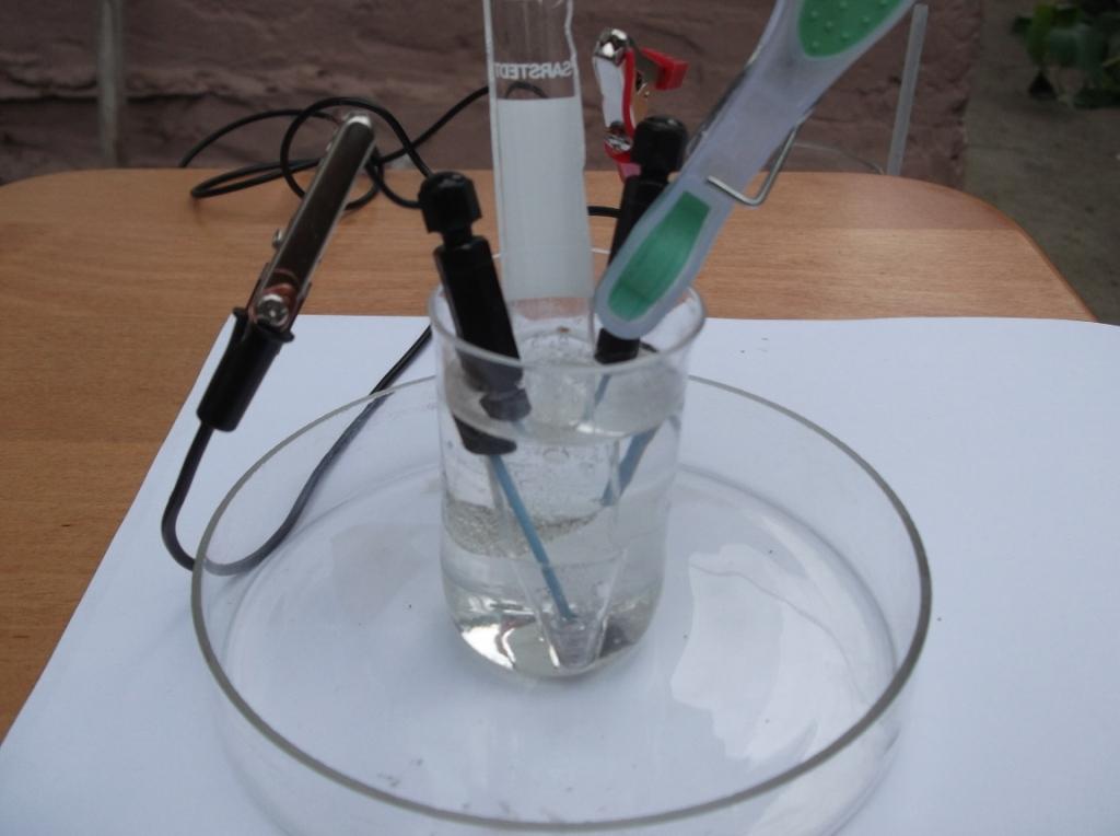 Амальгама бария (получение и реакция с водой). Barium amalgam (preparation and reaction with water)