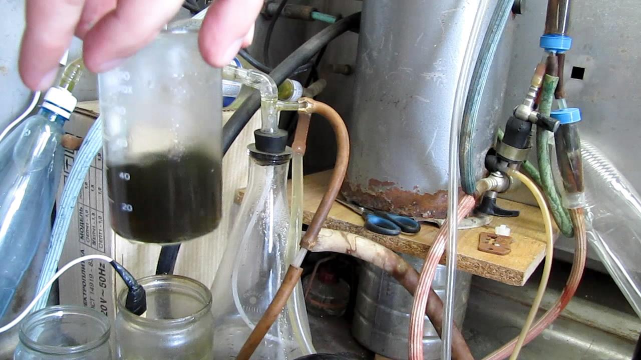 При комнатной температуре жидкости расслаиваются, при нагревании - образуют одну фазу