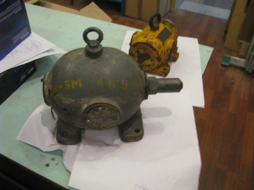 Контейнеры для хранения радиоактивных материалов (внутри - свинец,  внешний корпус - чугун)