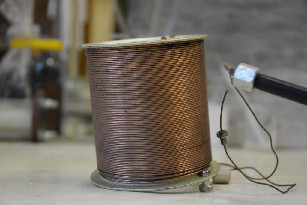 Тонкая медная трубка, намотанная на стальной цилиндр (теплообменник калориметрической бомбы)