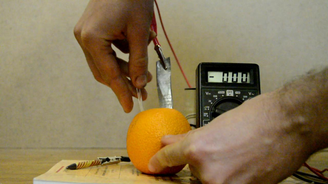 Батарейка из фруктов