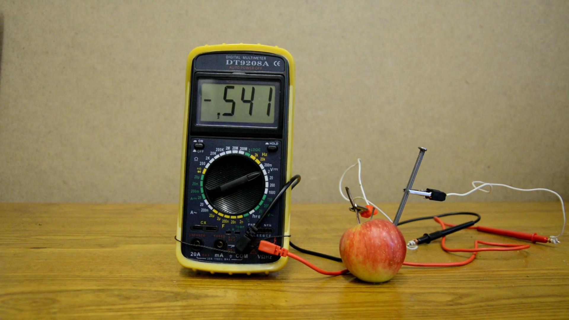 Батарейка из яблока
