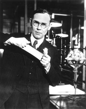 Уоллес Карозерс - ведущий химик, руководитель лаборатории компании DuPont. Открыл нейлон