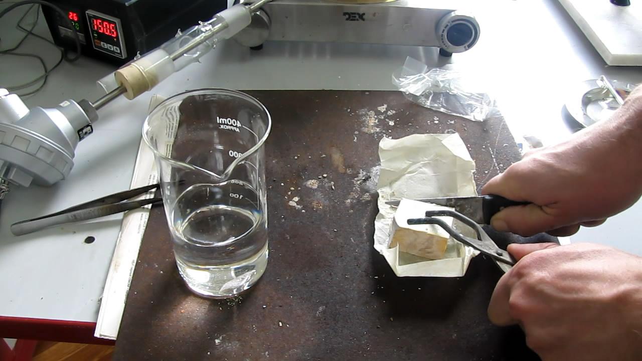 Натрий и ксилол. Данный ксилол содержит воду. Sodium and xylene. This xylene contains water
