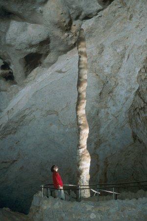 Сталагмит ''Witch's Finger'' (''Палец ведьмы'') в пещере Carlsbad Caverns, Нью-Мексико. ''Witch's Finger'': stalagmite in the Carlsbad Caverns, New Mexico