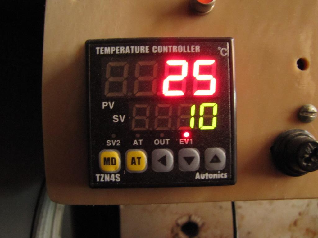 Электронный блок регулирования температуры каталитического реактора. Оснащен термопарой.
