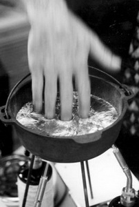 Рука и расплавленный свинец