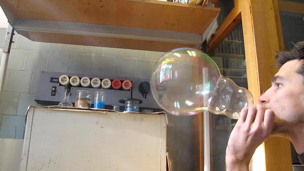 Белые мыльные пузыри