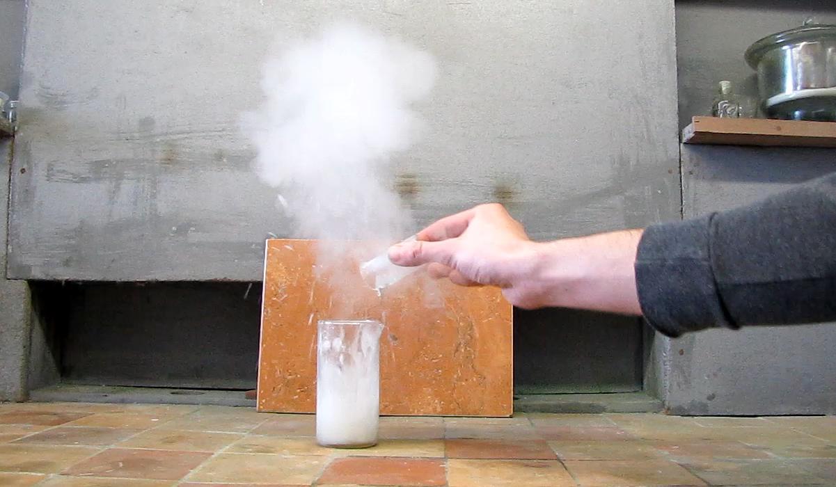 Реакция концентрированных соляной кислоты и едкого натра