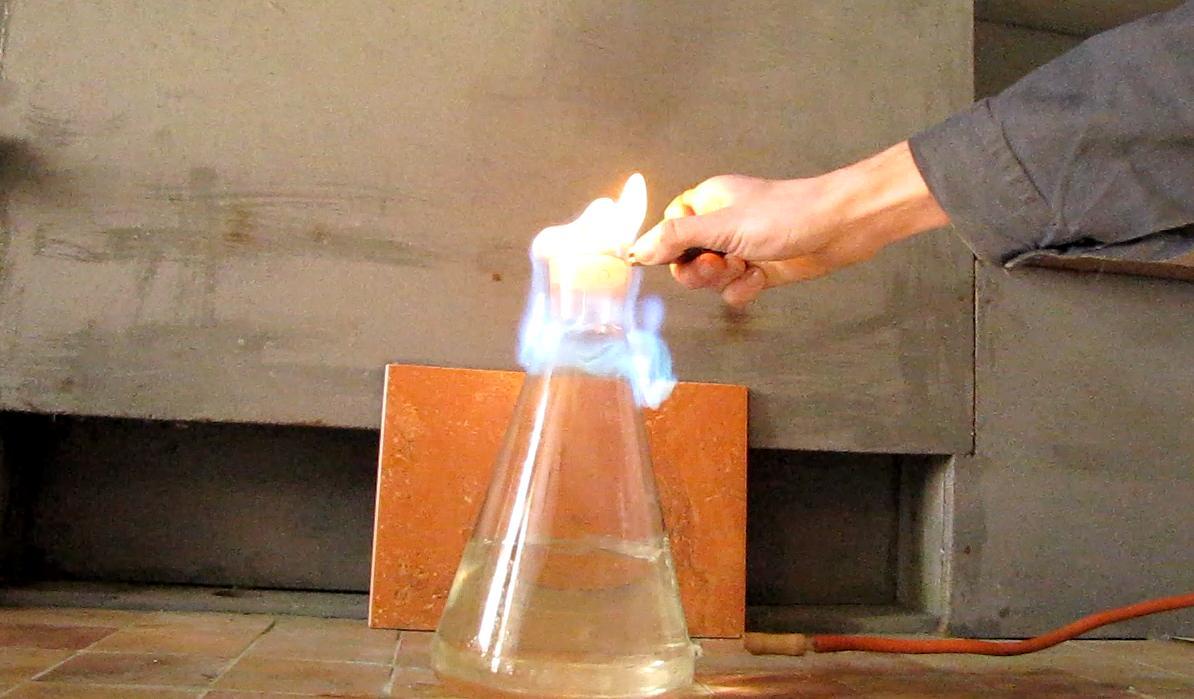 Горение пропан-бутановой смеси над водой