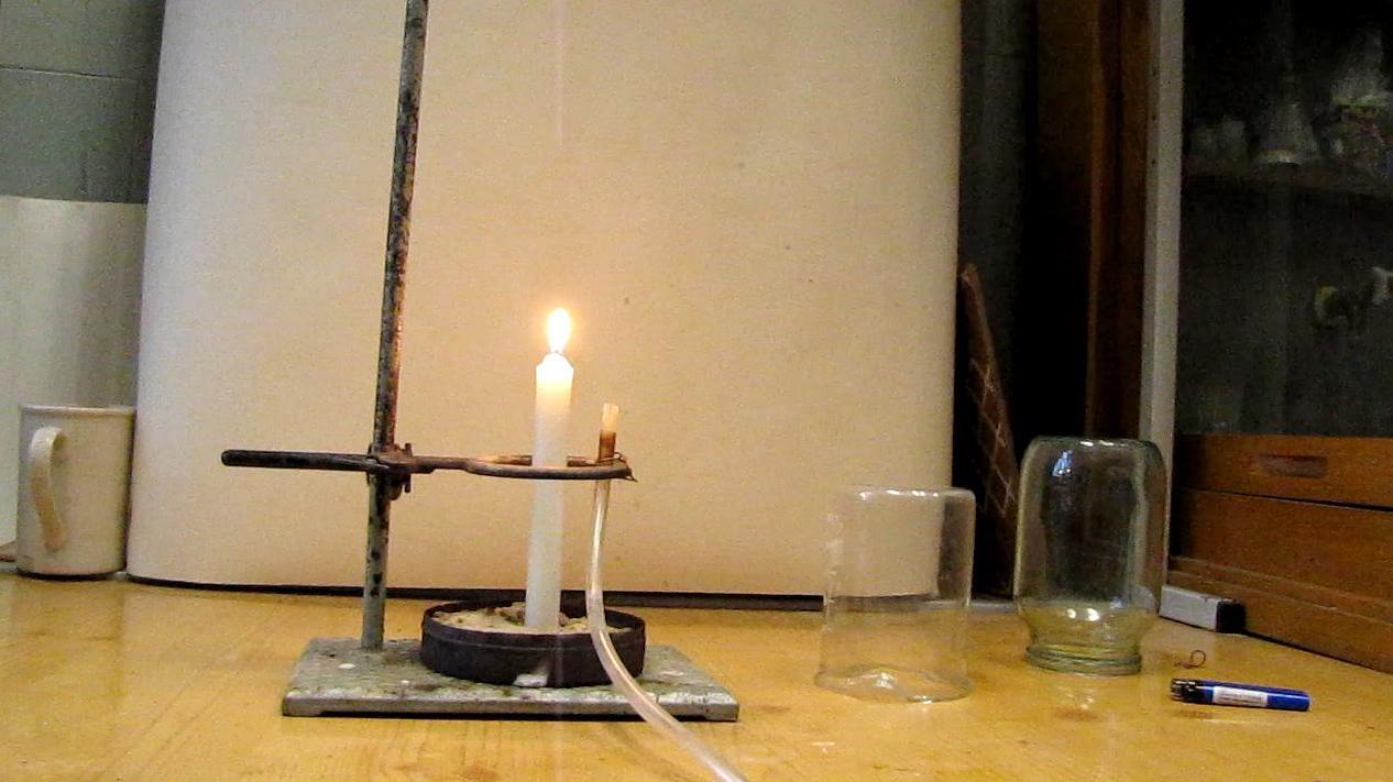 Гелий гасит свечу