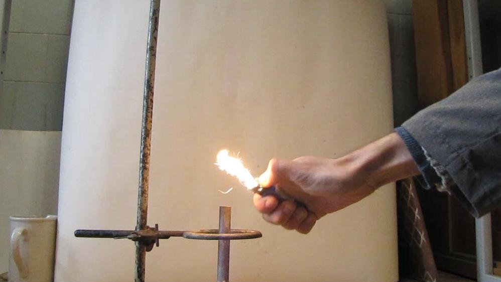 Гелий гасит газовую горелку
