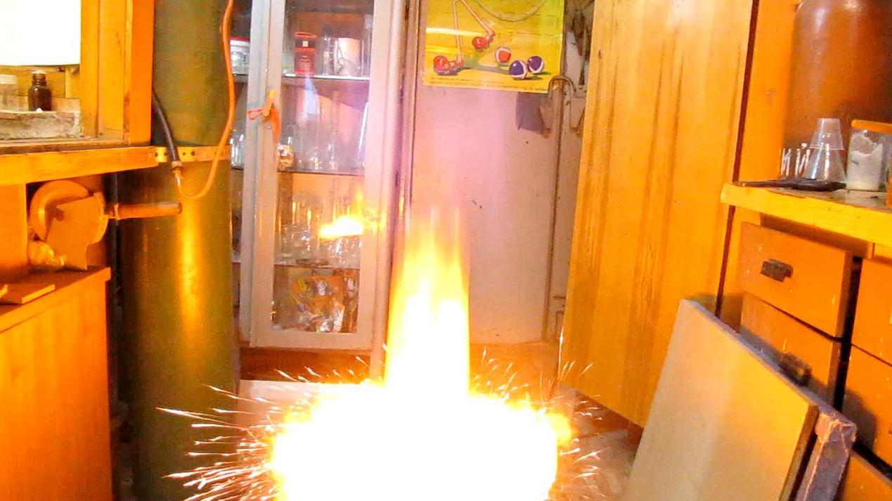 Взрыв водорода (срезанная бутылка)