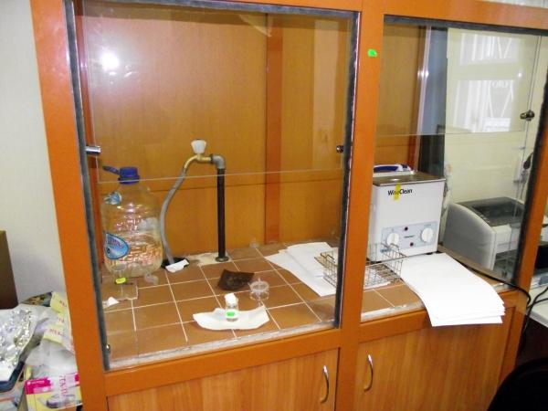 Вытяжной шкаф в аналитической лаборатории